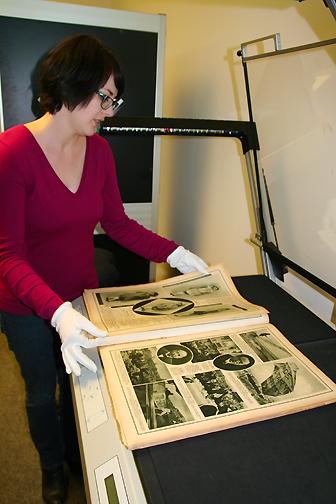 Eine Bibliotheksmitarbeiterin digitalisiert ein pommersche Zeitschrift.