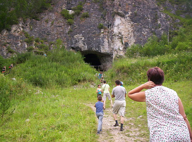Touristen in der Nähe der Denis-Höhle