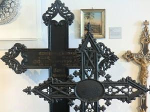 Beispiele für gusseiserne Grabkreuze