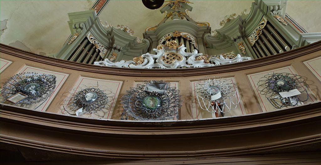 Totenkronen, zum Teil für Gefallene des 1. Weltkrieges in der Kirche Neukirchen, Ortsteil von Klein Belitz im Landkreis Rostock in Mecklenburg-Vorpommern, By An-d (Own work) [CC BY-SA 3.0 (http://creativecommons.org/licenses/by-sa/3.0) or GFDL (http://www.gnu.org/copyleft/fdl.html)], via Wikimedia Commons